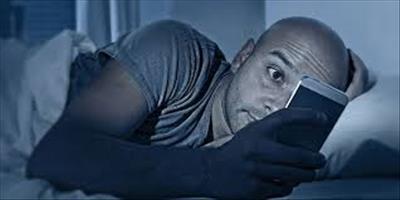 """قابل توجه افرادی که میگویند:""""شبها انقدر به صفحه موبایل نگاه میکنم تا خوابم بگیره!"""