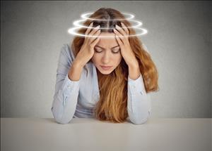 گزارش یک مورد کمبود ویتامین B12 با علائم افسردگی، توهم و هذیان