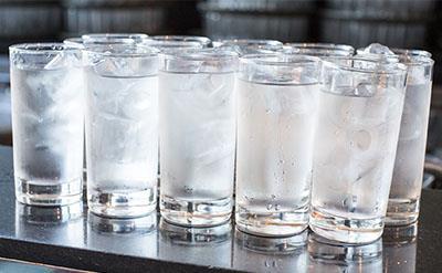 مضرات نوشیدن آب یخ